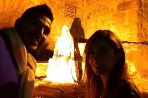 Edwin Lattouf y la organizadora Gisele Azzi en Maghdouche, Líbano, el 7 de Noviembre, en la gruta donde la Virgen María esperó a Jesús cuando predicó cerca de Sidón.
