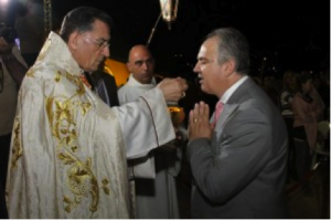 Ivan recibe la Sagrada Comunión del Cardenal Patriarca El-Rahi en Bkerke el 15 de noviembre