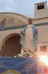 La estatua de la Virgen María fuera del Santuario de Nuestra Señora del Despertar en Maghdouche, donde tuvo lugar la aparición de Iván el sábado.