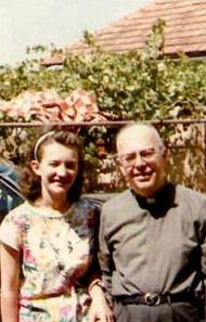 Fray Amorth en los 80, con la vidente Vicka Ivankovic, en Medjugorje.