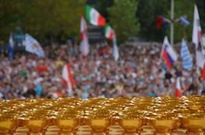 Miles de Comuniones, preparadas para su distribución en el Festival de la Juventud en Medjugorje 2012