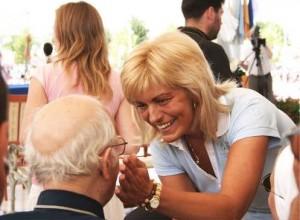 Mirjana saluda a un sacerdote, el único tipo de personas privilegiada, como reconoció la vidente.
