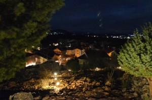Vista de Medjugorje por la noche, desde el camino hacia la Colina de las Apariciones en la noche del 28 de diciembre