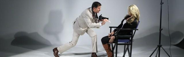 Cámara en ristre, Cotelo es a la vez autor y personaje en una película que juega con los géneros