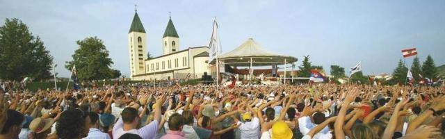 Una escena del festival de la juventud de verano en Medjugorje al que acuden miles de personas