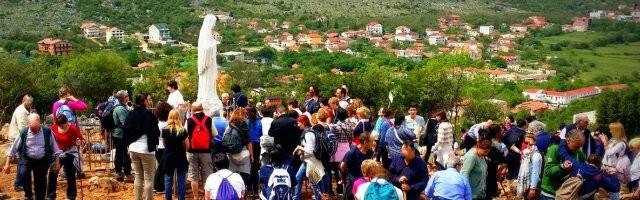Peregrinos en el monte de las apariciones de la Virgen de Medjugorje