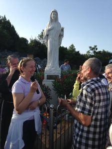 Marija reza el Rosario en el Podbro 4