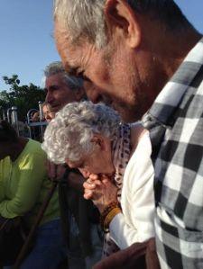 Marija reza el Rosario en el Podbro 5
