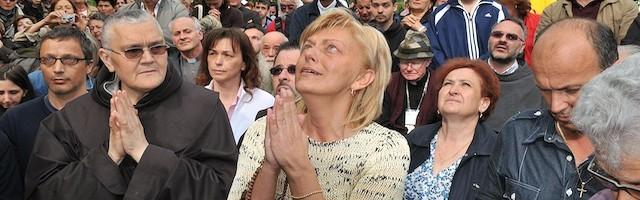 Mirjana, durante una de las visiones que tiene los días 2 de cada mes